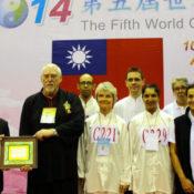 L'équipe et son entaîneur William Nelson reçoivent au nom de la FECMC un Outstanding Prize des mains du Président de la Fédération Internationale de Taichi Chuan, Mr Huang Yu Sheng